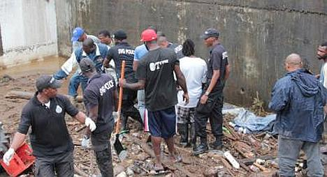 Members of the St Vincent and the Grenadines Police Service along with volunteers in Cane Grove-Buccament Bay area after extensive flooding in the area. (Photo: nibiru-planetx.com)
