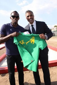 The fastest man in the world and Digicel Brand Ambassador, Usain Bolt, presents NBA legend, Rick Fox, with an autographed shirt to commemorate the occasion